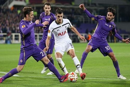 Eirik Lamela trong vòng vây các hậu vệ Fiorentina