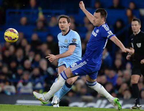 Lampard trong màu áo Man City đối đầu cùng đồng đội cũ John Terry
