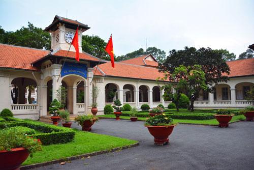Trường THPT chuyên Lê Hồng Phong được xây dựng theo lối kiến trúc Pháp và những đường nét đặc trưng của kiến trúc Á Đông Ảnh: BẠCH ĐẰNG
