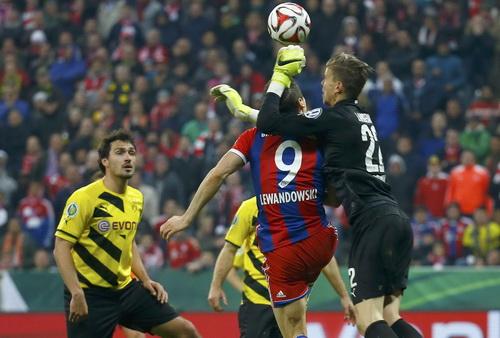 Cố nhân Lewandowski (9) gây nhiều khó khăn cho hàng thủ Dortmund