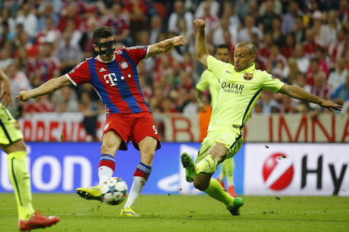 Lewandowski thoát qua Mascherano ghi bàn