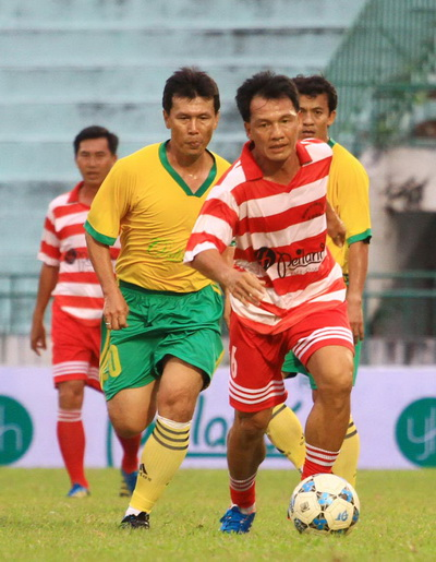 Công Minh (trái) trong một trận giao hữu cựu tuyển thủ tại Đồng Tháp - Ảnh: HỮU DŨNG