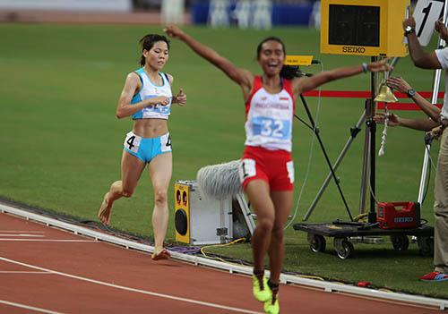 Để có được chiếc HCB ở nội dung 10.000 m, VĐV điền kinh Phạm Thị Huệ (4) quyết định sử dụng đôi chân trần.