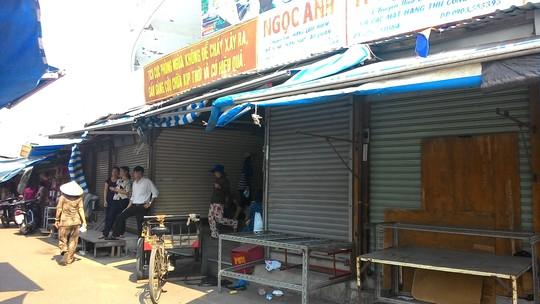Các sạp hàng đóng cửa bãi thị