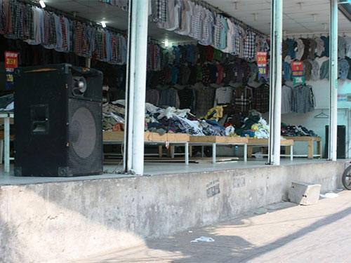 Một cửa hàng quần áo phát loa ầm ĩ từ sáng đến tối Ảnh: LÊ PHONG