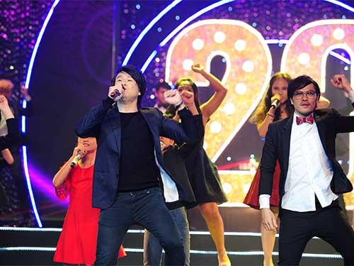 Ca sĩ, nhạc sĩ Thanh Bùi phiêu trên sân khấu cùng các học sinh tài năng của trường nhạc