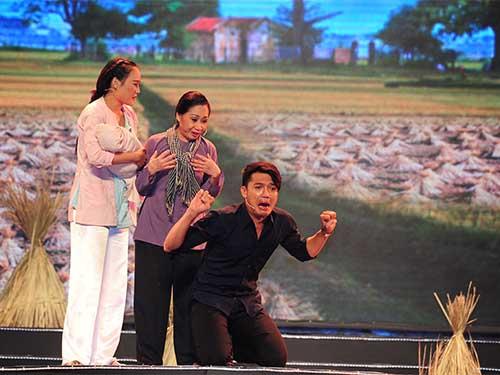 Nghệ sĩ Đàm Loan - Quang Tuấn - Diễm Phương trong trích đoạn xúc động của vở kịch Cõng mẹ đi chơi