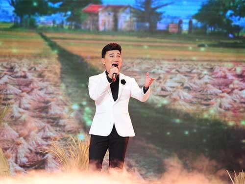 Ca sĩ Quang Linh thể hiện ca khúc Cõng mẹ đi chơi
