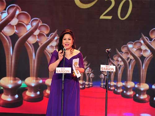 Nghệ sĩ Hồng Vân trao giải diễn viên sân khấu