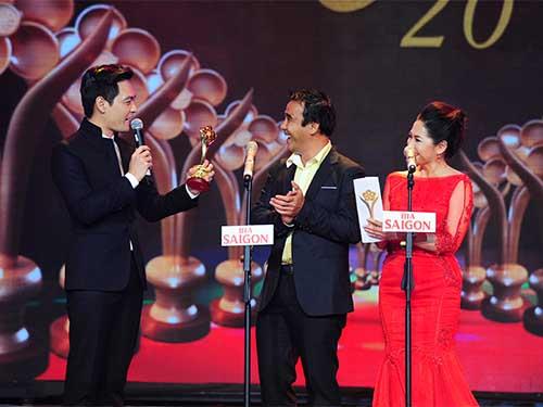 Quỳnh Hương và Quyền Linh trao tượng Mai Vàng hạng mục Người dẫn chương trình được yêu thích nhất