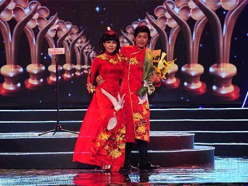 Nghệ sĩ Hoài Linh và Việt Hương rực rỡ trên sân khấu Mai Vàng. Nghệ sĩ Hoài Linh xúc động nhận giải Thành tựu Mai Vàng trong lần thứ 10 được vinh danh.