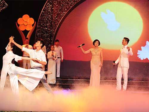 Thanh Thuý và Đức Tuấn thể hiện ca khúc Khát vọng, một sáng tác của nhạc sĩ Phạm Minh Tuấn.