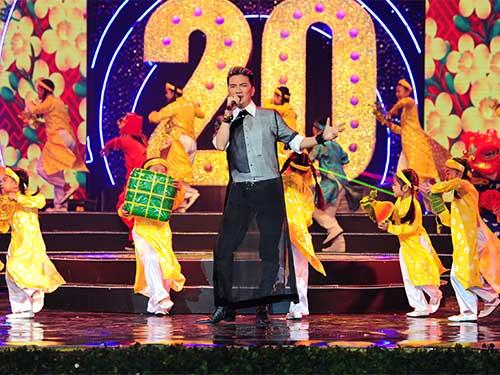 Phần trình diễn của Đàm Vĩnh Hưng với dàn múa phụ họa rực rỡ, trình bày ca khúc Chúc Xuân kết thúc Lễ trao Giải Mai Vàng 2014