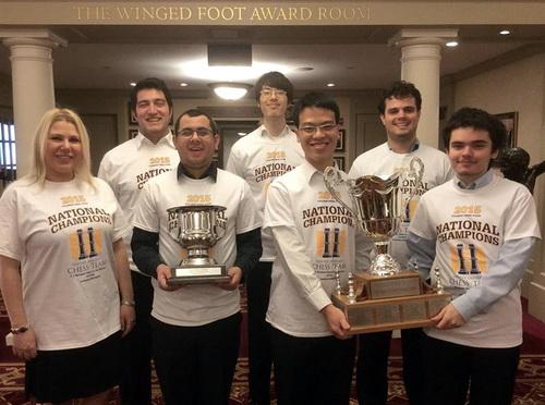 Lê Quang Liêm (thứ ba từ phải sang) bên chiếc cúp vô địch Final Four các trường ĐH Mỹ - Ảnh: Paul Truong