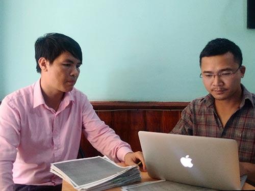 Luật sư Nguyễn Văn Hưng (trái) trao đổi với phóng viên Báo Người Lao Động