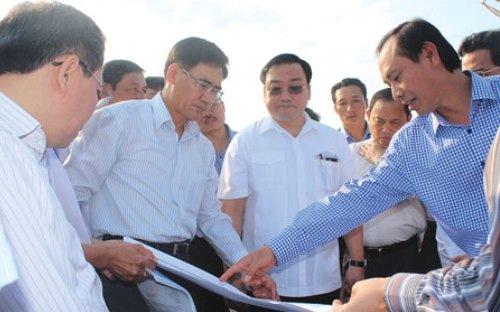 Phó thủ tướng Hoàng Trung Hải và các quan chức ngành giao thông trong một chuyến thị sát địa điểm Long Thành trong năm 2014.