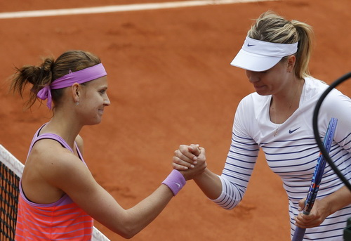 Sharapova (phải) thua tâm phục khẩu phục trước Safarova