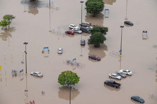 Một khu vực chìm trong biển nước ở TP San Marcos, bang Texas hôm 24-5. Ảnh: AP