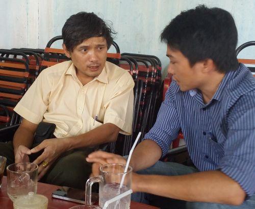 Ông Huỳnh Duy Nghĩa (bên trái) phản ánh việc nghỉ việc nhưng vẫn có tên nhận lương
