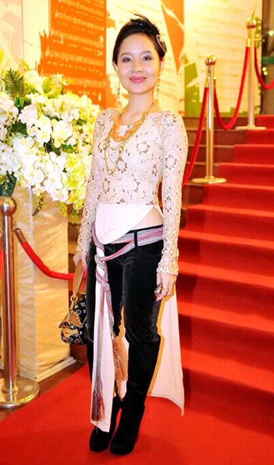 Mai Khôi trong bộ trang phục áo dài phá cách tự thiết kế gây phản cảm vì không còn hình dáng áo dài Việt Nam. Ảnh: Khôi Nguyên