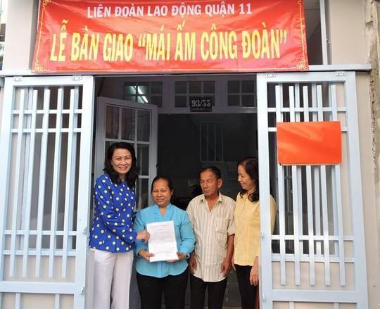 Bà Nguyễn Thị Thu, Chủ tịch LĐLĐ TP, trao quyết định tặng Mái ấm Công đoàn cho người nghèo