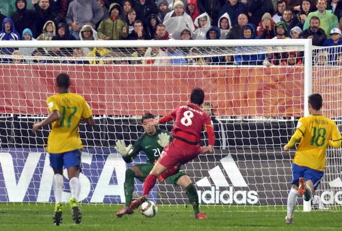 Maksimovic (8) ghi 1 bàn và kiến tạo bàn còn lại, đưa Serbia đến chiến thắng