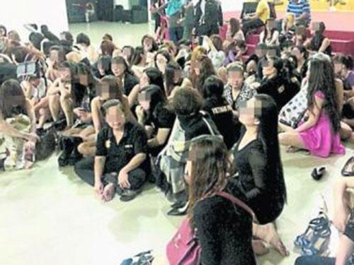 Các cô gái bị bắt tại hộp đêm hôm 3-1Ảnh: TINH CHÂU