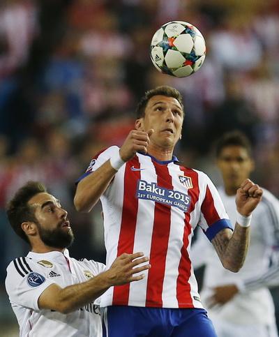 Mario Mandzukic tranh chấp bóng với Ramos (phải)