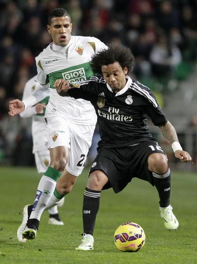 Marcelo (phải) ngăn cản Jonathas