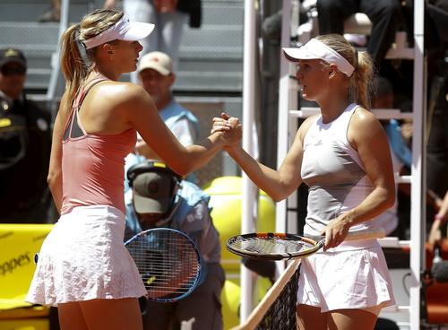 Sharapova vượt qua Wozniacki trong cuộc mỹ nhân đại chiến