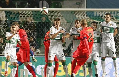 Hậu vệ Mathieu ghi bàn trong chiến thắng 4-0 của Barca trước Elche