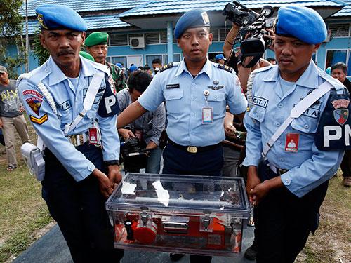 Bộ phận ghi lại dữ liệu chuyến bay QZ8501 được tìm thấy hôm 12-1 Ảnh: Reuters