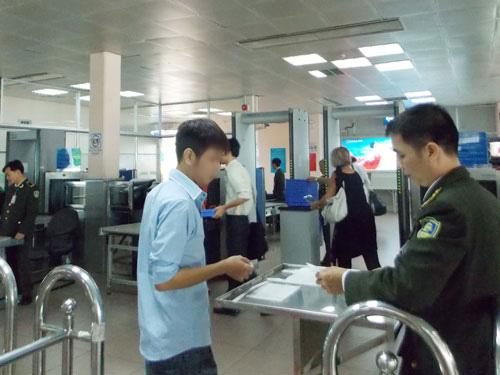 Không chỉ ở sân bay quốc tế Nội Bài, tại sân bay quốc tế Tân Sơn Nhất cũng phát hiện nhiều trường hợp giả mạo giấy tờ để đi máy bay