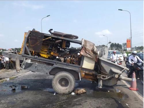Chiếc máy bơm bê tông sau khi bị đứt mối hàn nối với xe tải đã văng ra đập mạnh vào sườn xe khách 16 chỗ