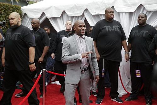 Mayweather và êkip vệ sĩ đến Los Angeles