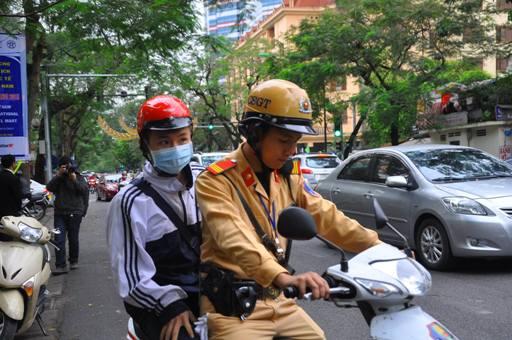 Học sinh vi phạm bị tạm giữ xe được các chiến sỹ CSGT chở đến trường
