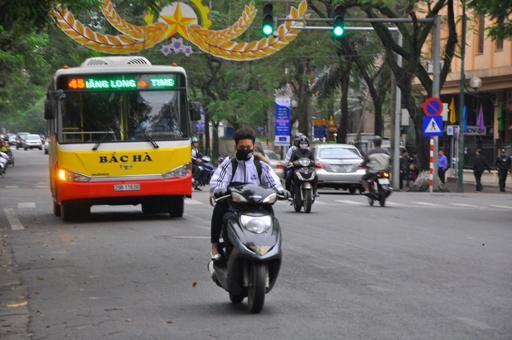 Học sinh đi xe máy không đội mũ bảo hiểm
