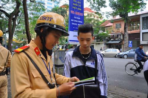 CSGT đang kiểm tra nhãn vở của một học sinh nam