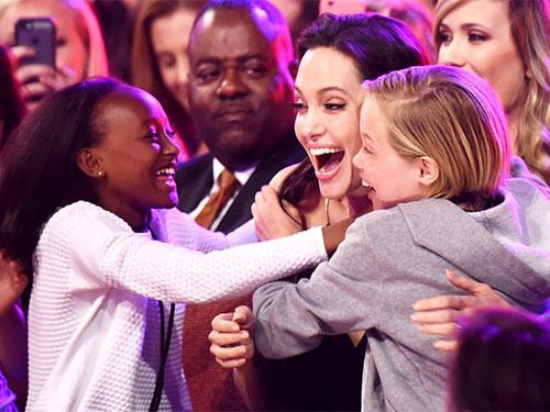 Mẹ con ngôi sao Angelina Jolie vui mừng khi biết tin thắng giải Kid's Choice 2015Ảnh: Reuters