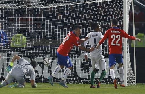 Gary Medel (17) ghi bàn thứ 4 cho Chile