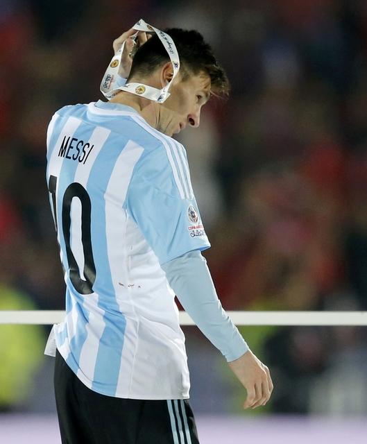 Messi cần chiếc HCV chứ không phải màu bạc này