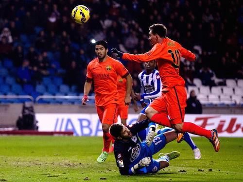 Messi tâng bóng qua đầu thủ môn, ghi bàn cho Barca
