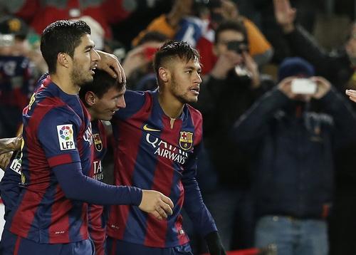 Messi (giữa) sau bàn thắng nâng tỉ số lên 3-2 cho Barca