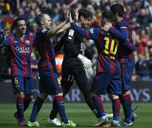 Đồng đội chúc mừng Messi (10) sau một màn trình diễn ấn tượng Ảnh: AS