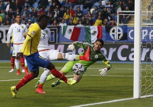 Mexico (áo trắng) có giải đấu đầy thất vọng