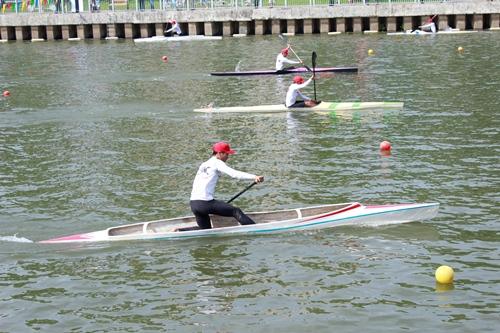 Đội đua thuyền hiện đại biểu diễn giữa các phần đua thuyền