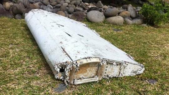 Mảnh vỡ nghi của MH370 được tìm thấy một ngày trước đó. Ảnh: Reuters