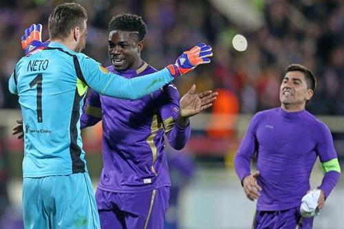 Micah Richards (giữa) chia vui với thủ môn của Fiorentina