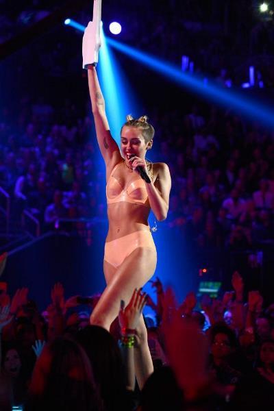 """Miley Cyrus từ kẻ """"ngoáy mông"""" trở thành chủ lễ"""