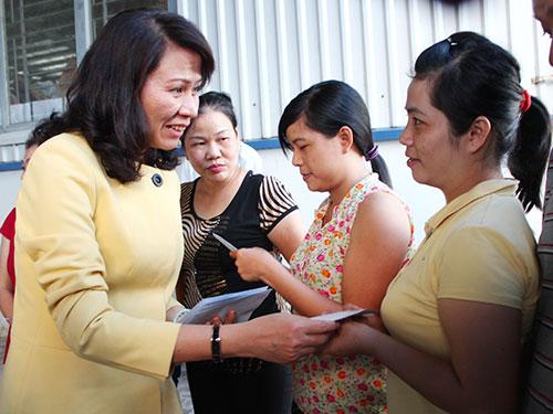 Bà Nguyễn Thị Thu, Chủ tịch LĐLĐ TP HCM, trao tiền hỗ trợ cho công nhân khó khăn của Công ty CP Nhựa Trường Thịnh